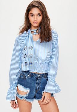 Niebieska koszula w paski z wiązanym chokerem z metalowymi kółkami