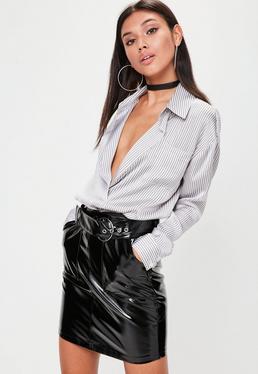 Camisa a rayas con escote pronunciado en blanco