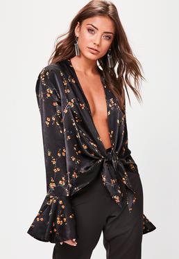 Blusa de estampado floral con anudado frontal en satén negro