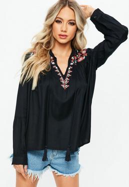 Blusa con manga globo con bordados en negro