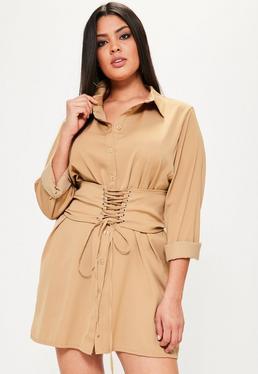 Karmelowa sukienka koszulowa z gorsetowym paskiem Plus Size