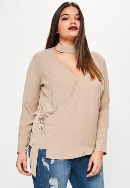 Beżowa kopertowa bluzka z chokerem wiązana po boku