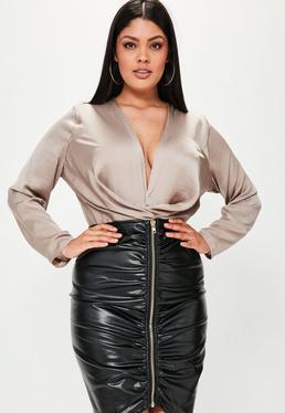 Falda talla grande fruncida con cremallera en cuero sintético en negro