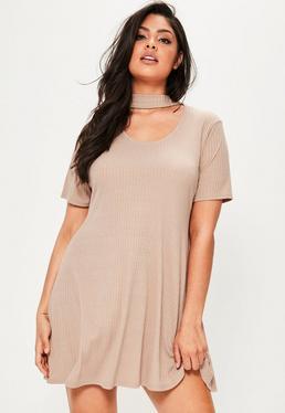 Plus Size Geripptes T-Shirt Kleid mit Choker Kragen in Nude