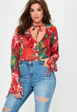 Blusa talla grande de estampado floral con volantes en rojo
