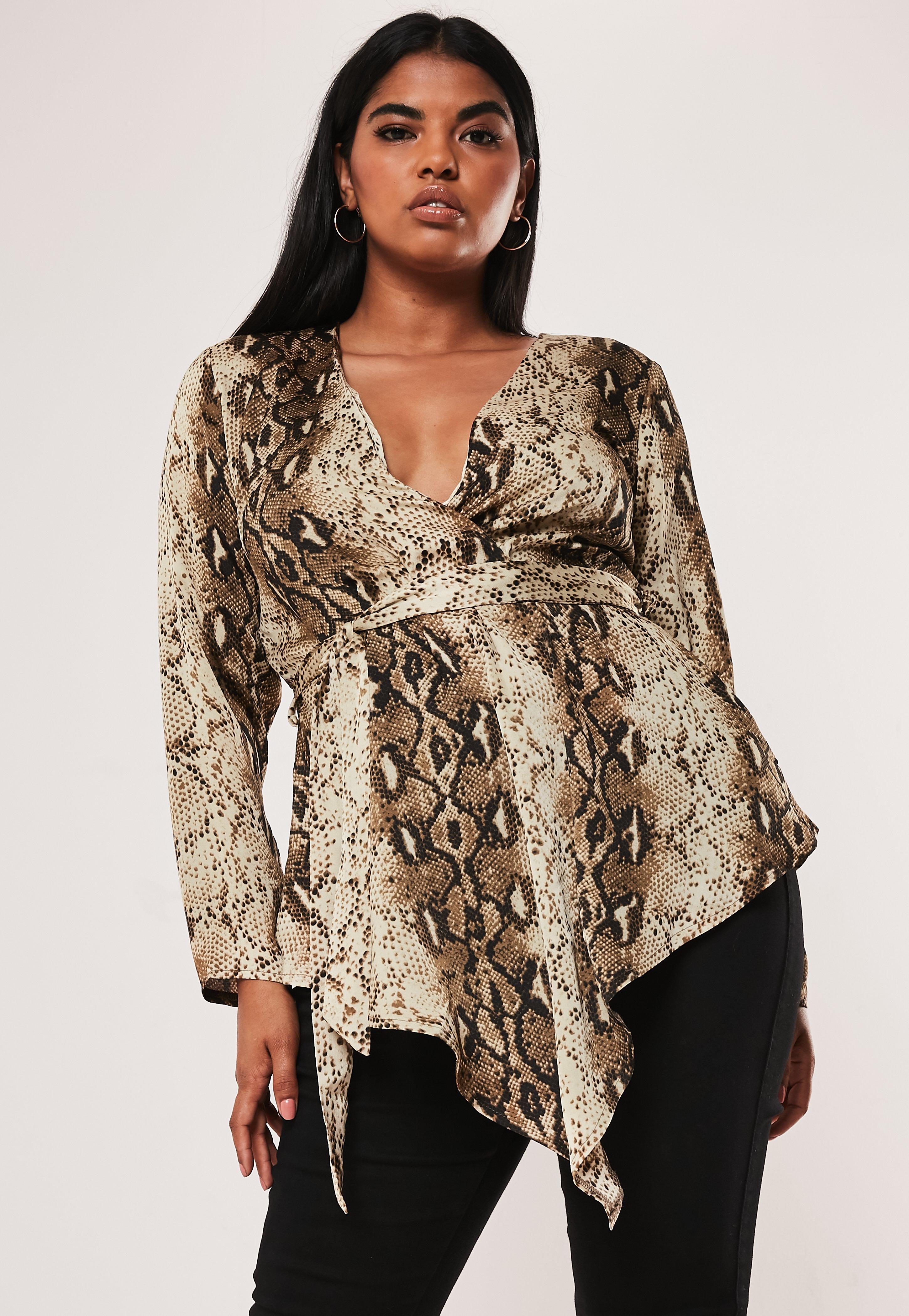 892d3573f5c3 Blusa atada talla grande de estampado serpiente en marrón