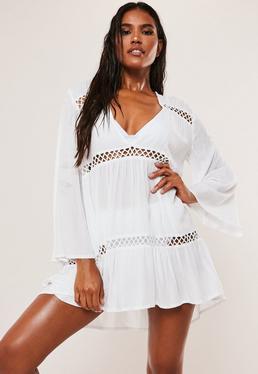 Свободное пляжное платье белого цвета с кружевной вставкой