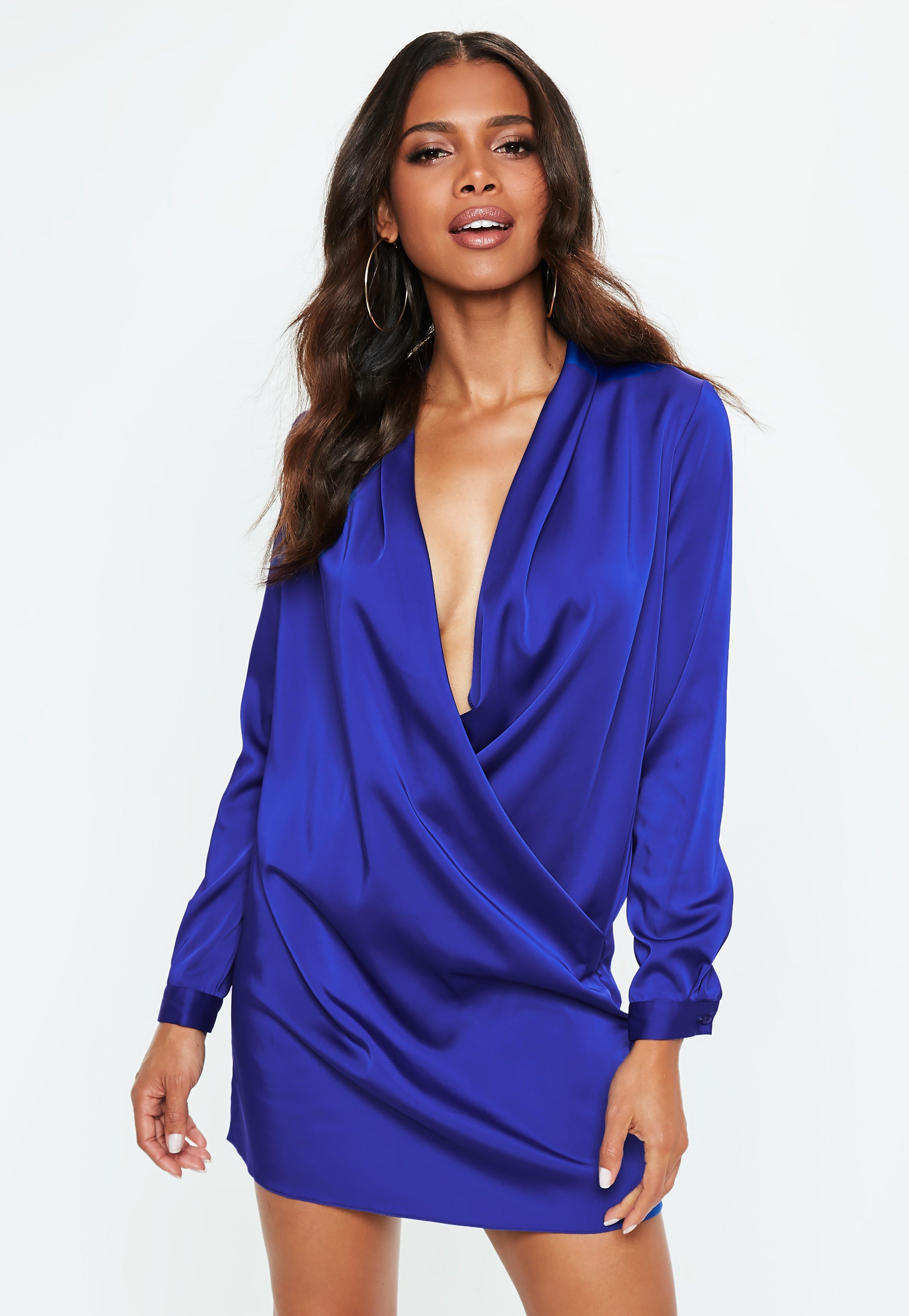 Blaues Satin-Kleid mit langen Ärmeln und tiefem Ausschnitt | Missguided