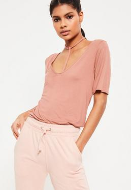 Różowy t-shirt z ozdobnymi paskami dla wysokich kobiet