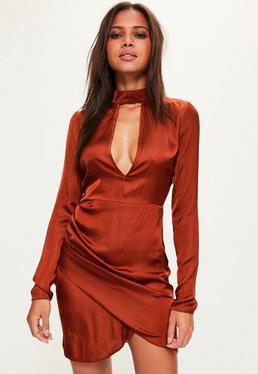 Pomarańczowa satynowa sukienka z chokerem dla wysokich kobiet