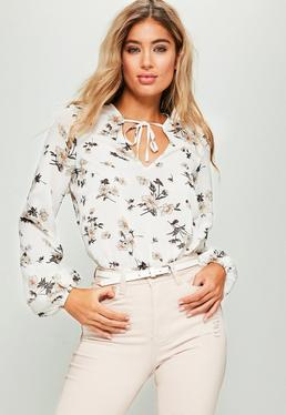 Biała ekskluzywna bluzka w kwieciste wzory wiązana na szyi dla wysokich kobiet