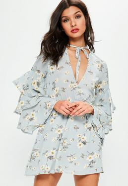 Niebieska ekskluzywna sukienka z falbanami i kwiecistymi wzorami dla wysokich kobiet
