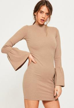 Beżowa dopasowana sukienka z falbankami na rękawach dla wysokich kobiet