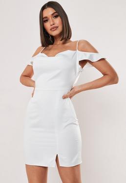 Высокое белое мини-платье с открытыми плечами и атласом