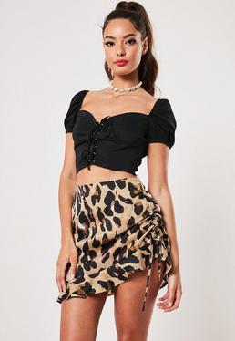 Высокая коричневая мини-юбка с рюшами и леопардовым принтом