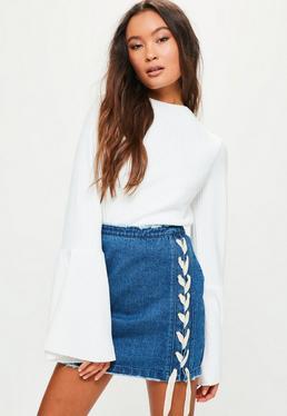 Niebieska jeansowa spódniczka mini z ozdobnymi wiązaniami po bokach Petite