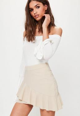 Beżowa asymetryczna spódniczka mini z falbanami petite