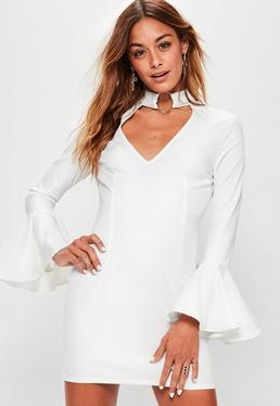 Biała ekskluzywna sukienka z chokerem i ozdobnymi falbankami petite