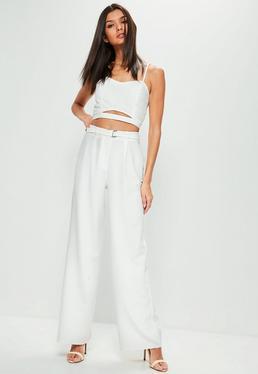 Białe spodnie z szerokimi nogawkami i paskiem petite
