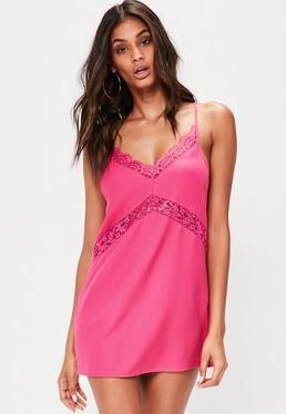 Vestido petite de tirantes con detalles de encaje en rosa