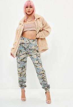 Pantalón cargo petite premium con estampado de camuflaje en gris