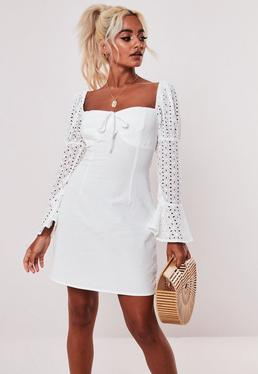Миниатюрное белое платье-молочница с вышивкой