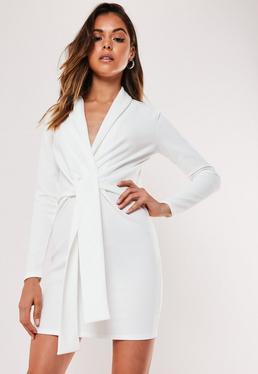 Маленькое белое вязаное платье с поясом